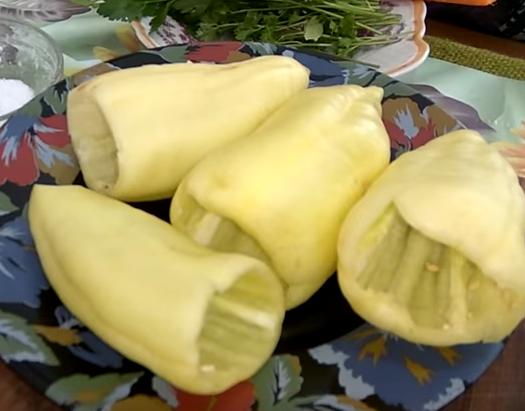 Болгарский перец, фаршированный плавленным сыром и чесноком - простая в приготовлении и очень вкусная закуска!